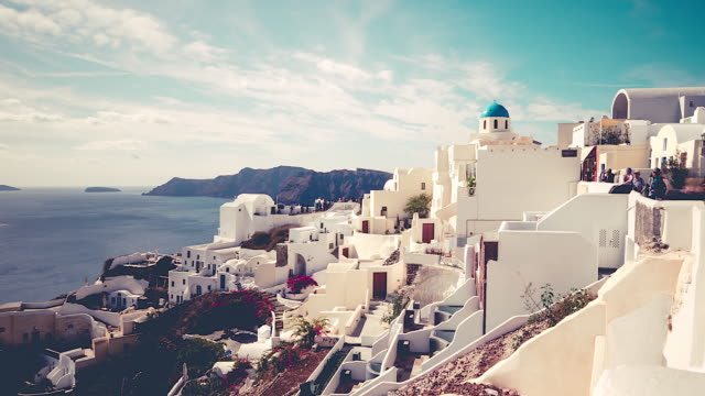 stockvideo's en b-roll-footage met picturesque cliffside town of oia on the mediterranean island of  santorini, greece, timelapse - oia santorini