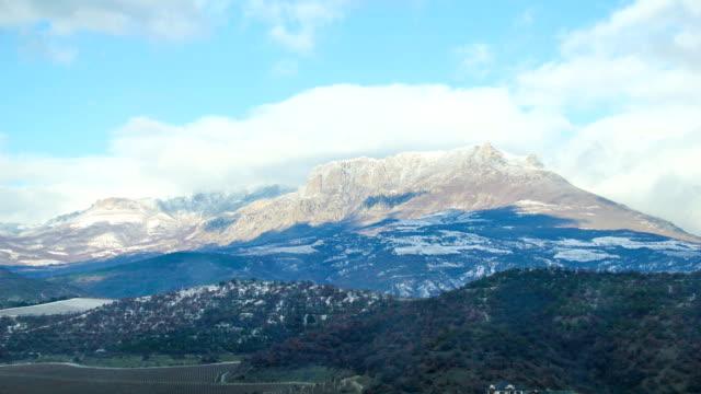 pittoresco nuvole in inverno southern demerdzhi, tempo giri - area selvatica video stock e b–roll