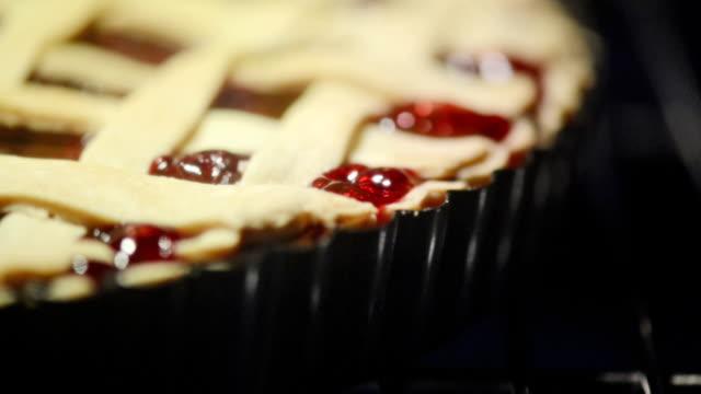 vídeos y material grabado en eventos de stock de empanada en el horno - pastel dulce