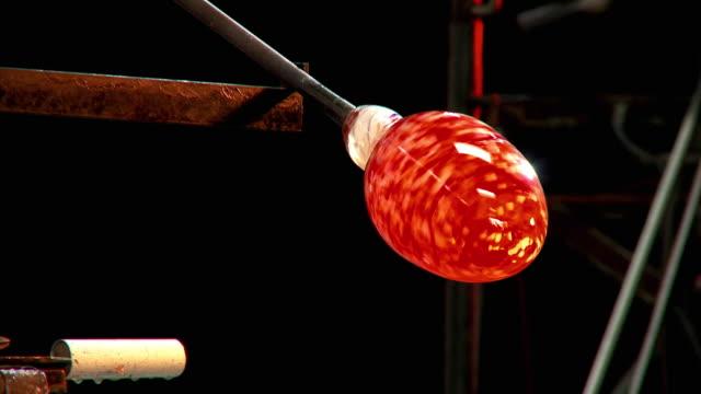 cu piece of glass being shaped by artist glassblower, santa barbara, california, usa - glasbläser stock-videos und b-roll-filmmaterial