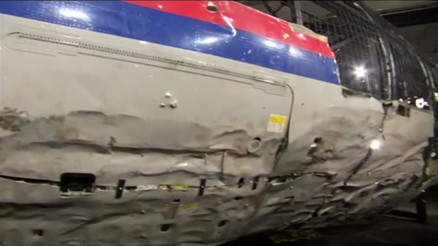 vídeos de stock e filmes b-roll de pieces of mh17 malaysia airlines shot down over ukraine in 2014 retrieved by joint investigation team prosecutors and reassembled for press... - acidente de avião