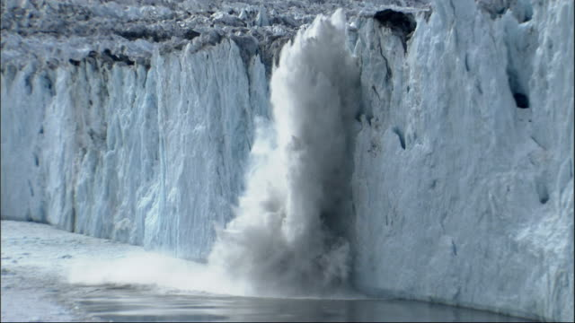 pieces of the columbia glacier break off and splash into the ocean. available in hd. - 氷河点の映像素材/bロール