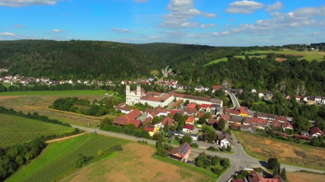 Pielenhofen Kloster Village im Norden von Bayern Flyover.