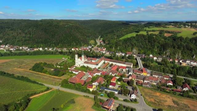 pielenhofen kloster village im norden von bayern flyover. - flugzeugperspektive stock-videos und b-roll-filmmaterial