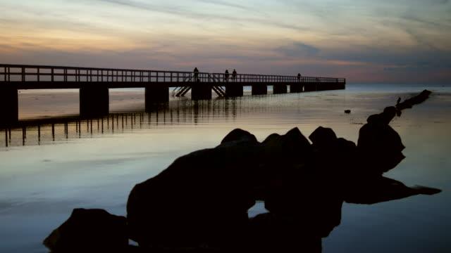 pier och klipporna vid skymning - angöringsbrygga bildbanksvideor och videomaterial från bakom kulisserna