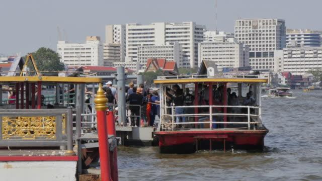 pier on river chao phraya near wat arun (temple of dawn), bangkok, thailand, southeast asia, asia - bangkok video stock e b–roll