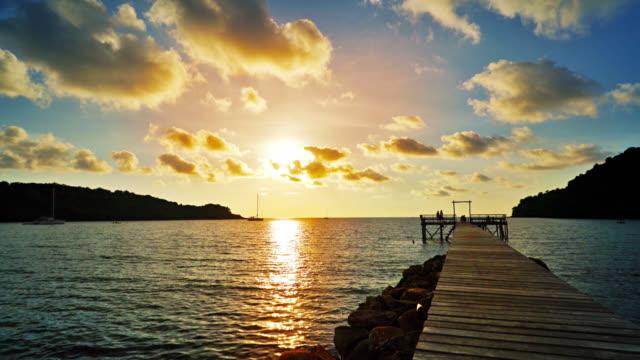 桟橋から日没までトロピカルビーチ - 桟橋点の映像素材/bロール