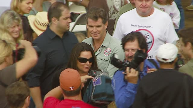 pierce brosnan and wife keely shaye smith at the a day at the beach paddle out protest at malibu beach in malibu california on october 22 2006 - keely shaye smith and pierce brosnan stock videos & royalty-free footage