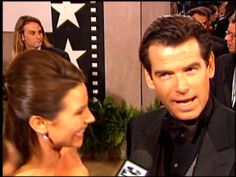 pierce brosnan at the afi honors honoring clint eastwood entrances at the beverly hilton in beverly hills, california on march 1, 1996. - ピアース・ブロスナン点の映像素材/bロール