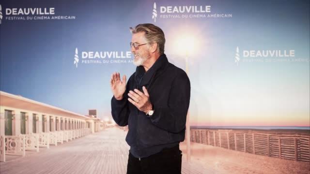 vidéos et rushes de pierce brosnan attends a photocall during the 45th deauville american film festival on september 07, 2019 in deauville, france. - festival de film