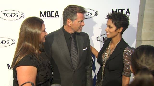 pierce brosnan, halle berry at the diego della valle celebrates tod's boutique and moca's jeffrey deitch at beverly hills ca. - ピアース・ブロスナン点の映像素材/bロール