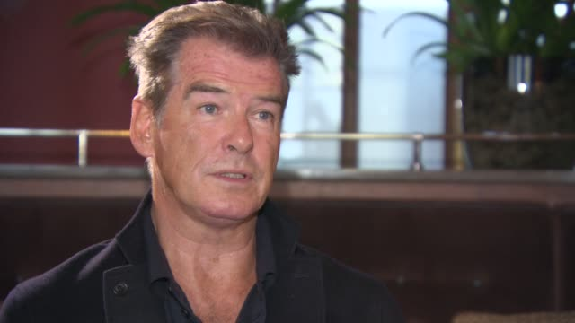 vídeos de stock, filmes e b-roll de interview pierce brosnan on his thoughts on 'skyfall' not seeing the latest trailer looking forwards to seeing 'spectre' at lots of charity event at... - james bond trabalho conhecido