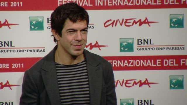pierfrancesco favino pierfrancesco favino on october 30 2011 in rome italy - フォトコール点の映像素材/bロール