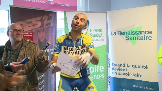 stockvideo's en b-roll-footage met pierremichael micaletti has succeeded in cycling a recordbreaking 2738 km in six days and nights on rollers clean frenchman cycles 2738 km in six... - recordbrekend