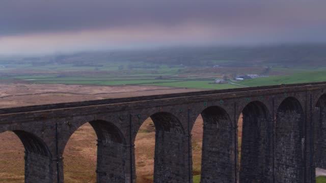 stockvideo's en b-roll-footage met pieren en bogen van ribblehead viaduct - drone shot - yorkshire