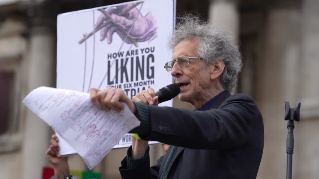 "piers corbyn on stage as he talks to demonstrators attend a ""we do not consent"" anti-mask rally at trafalgar square on september 26, 2020 in london,... - トラファルガー広場点の映像素材/bロール"