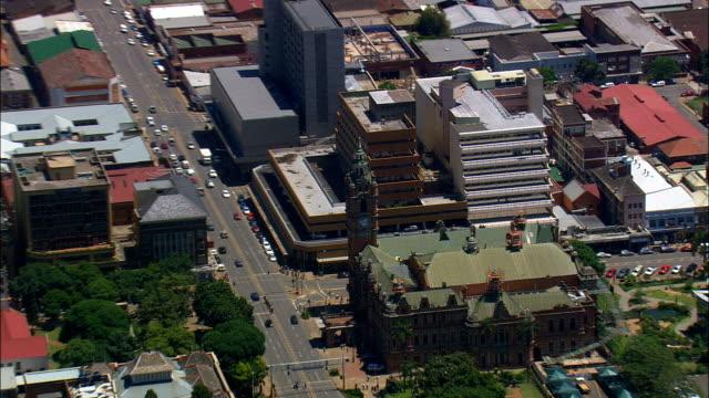 vídeos de stock e filmes b-roll de pietermaritzburg  - aerial view - kwazulu-natal,  umgungundlovu district municipality,  the msunduzi,  south africa - placa de nome de rua