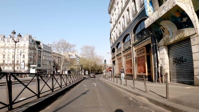 vidéos et rushes de pigalle closed shop and empty street during lockdown - voie urbaine