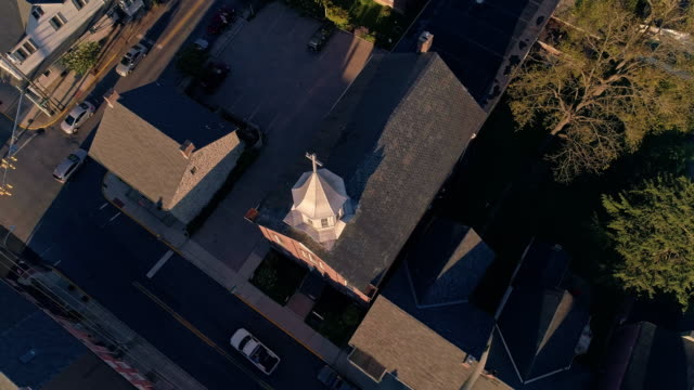 pigeons flying over the church in bath, a small pennsylvanian town, at sunset. appalachian mountains, pennsylvania, usa. aerial drone video with the ascending camera motion. - religious cross stock videos & royalty-free footage