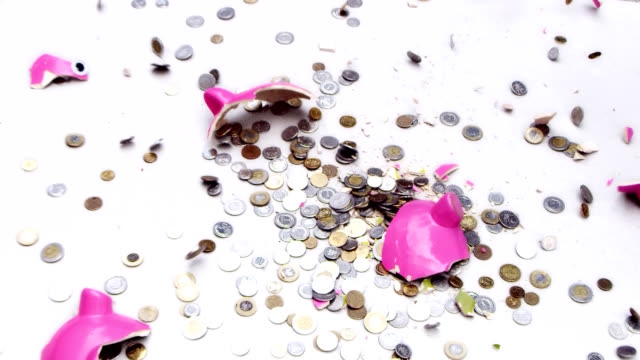 stockvideo's en b-roll-footage met piggy bank breaking into pieces. slow motion - beschadigd