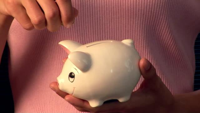 piggy bank - 25セント硬貨点の映像素材/bロール