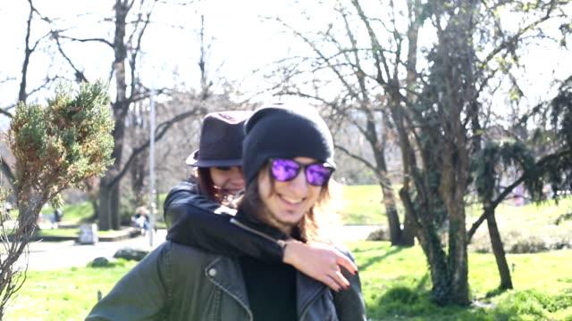 coppia piggyback - coppia di adolescenti video stock e b–roll