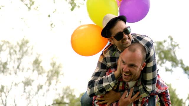 vídeos de stock, filmes e b-roll de levando  - homem homossexual