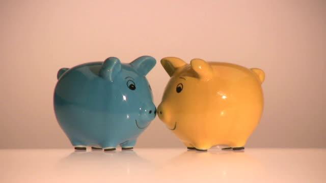 piggybank coppia danza - banconota da 10 dollari statunitensi video stock e b–roll