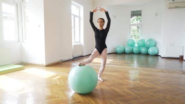 pilates mit anmut und eleganz. - ballerina stock-videos und b-roll-filmmaterial