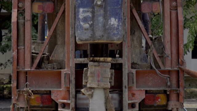 vídeos de stock, filmes e b-roll de slomo bate-estacas - pile driver