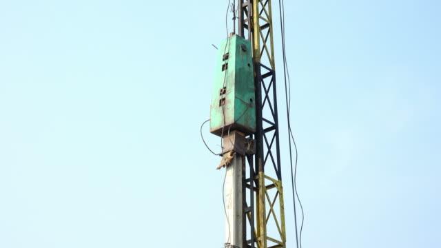 stockvideo's en b-roll-footage met stapel-stuurprogramma werkt in de bouwplaats - houten paal