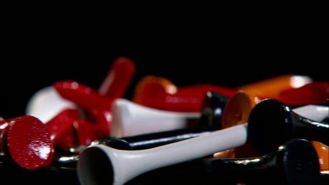 vídeos de stock, filmes e b-roll de a pile of golf tees rotates. - equipamento esportivo