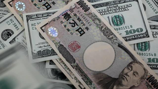 vidéos et rushes de pile de billets de 100 dollars. - symbole du yen