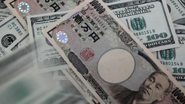 vidéos et rushes de pile de billets de cent dollars - symbole du yen
