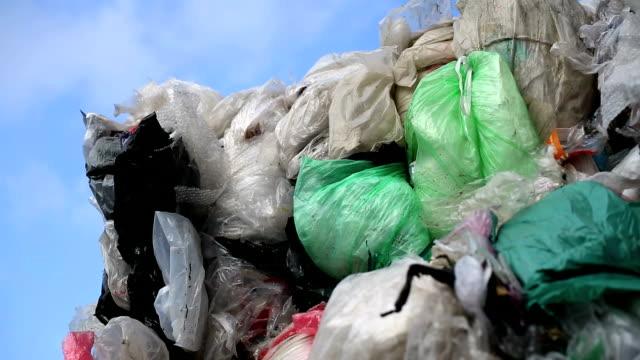 vídeos y material grabado en eventos de stock de pila de plástico residuos contra el cielo azul de pan - manojo