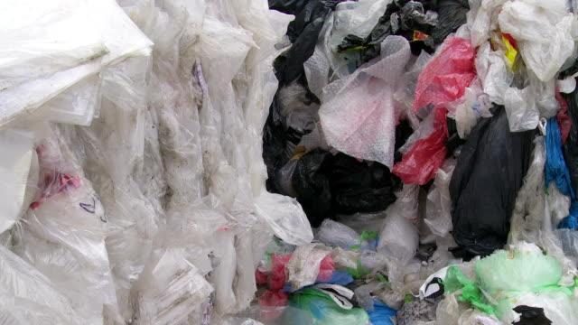 vídeos y material grabado en eventos de stock de pila de plástico de residuos de inclinación - manojo