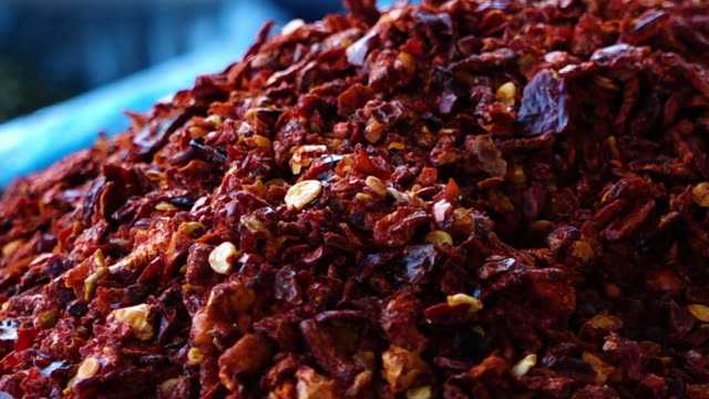stockvideo's en b-roll-footage met pile of red spice flakes - rozijn