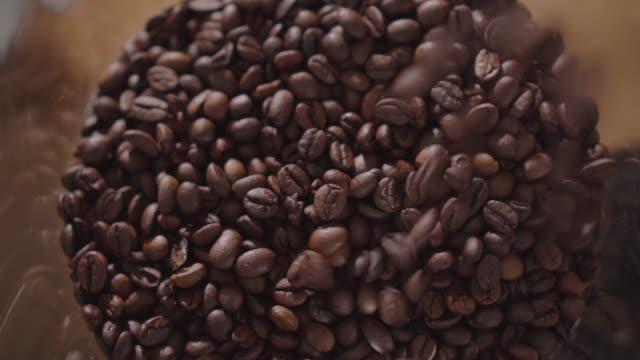 haufen gerösteter kaffeebohnen fallen herunter - hinunter bewegen stock-videos und b-roll-filmmaterial