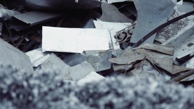 högen av metallskrot på skroten - metall bildbanksvideor och videomaterial från bakom kulisserna