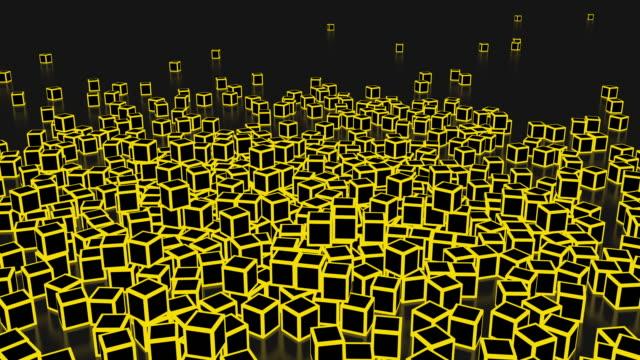 vídeos de stock, filmes e b-roll de uma pilha de cubos de neon amarelo caindo e quebrando na superfície, voando em direções diferentes - amarelo