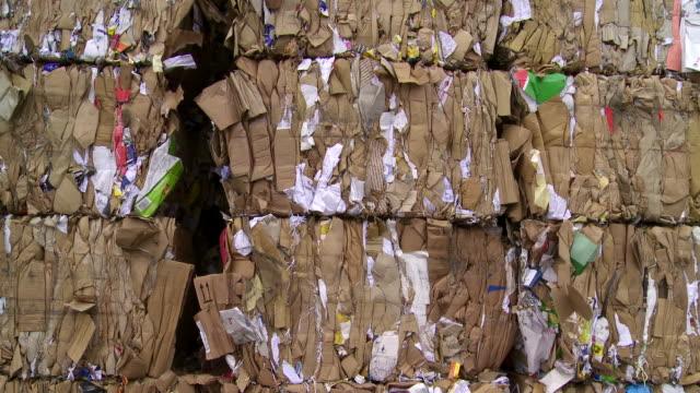 vidéos et rushes de tas de déchets carton vue panoramique - conditionnement
