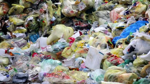 vídeos y material grabado en eventos de stock de montones de plástico de residuos de inclinación - manojo