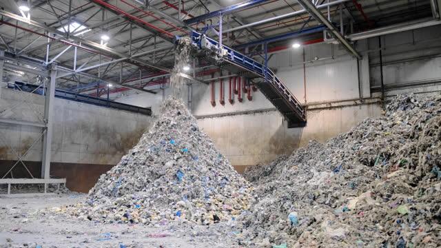 vídeos y material grabado en eventos de stock de pilas de reciclables separados dentro de las instalaciones de residuos - empresa de carácter social