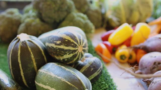 市場の屋台で野菜の山