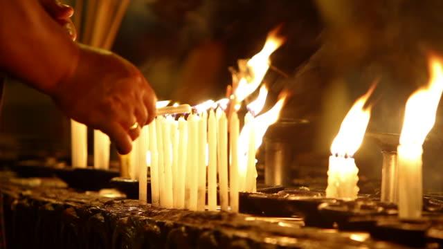 vídeos y material grabado en eventos de stock de pilgrim lighting the candles at the shwedagon pagoda - peregrino