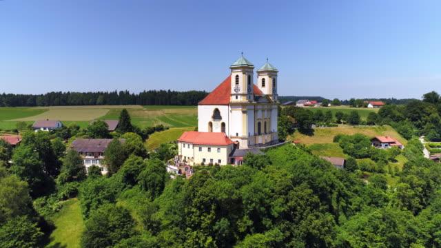 vídeos de stock, filmes e b-roll de igreja de peregrinação de marienberg perto burghausen na baviera - ponto de vista de câmera
