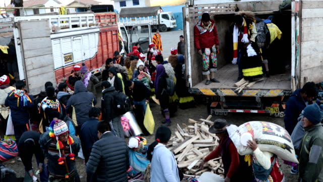 vídeos de stock e filmes b-roll de pilgrims begin to arrive for the start of the annual qoyllur rit'i festival on may 26, 2018 in ocongate, peru. every year, since 1783 in the sinakara... - 18 19 years