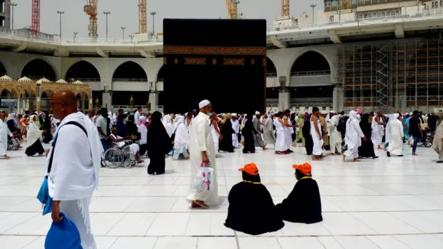 pilgrims circling and worshiping around the kabah (al haram mosque) for umrah - orbiting stock videos & royalty-free footage