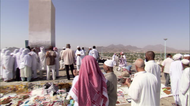 pilgrims cover the mount of mercy as they participate in their hajj. - hajj stock-videos und b-roll-filmmaterial
