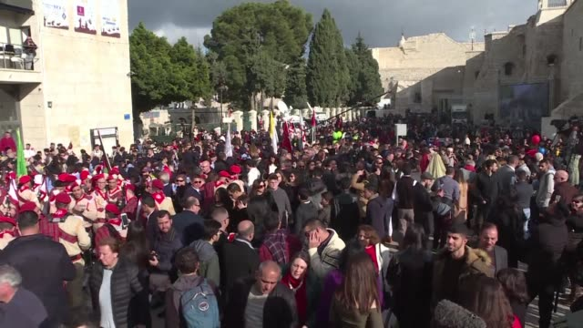 stockvideo's en b-roll-footage met pilgrims from across the world gather in bethlehem for christmas eve queueing to see the grotto where jesus is believed to have been born and take... - bedevaart